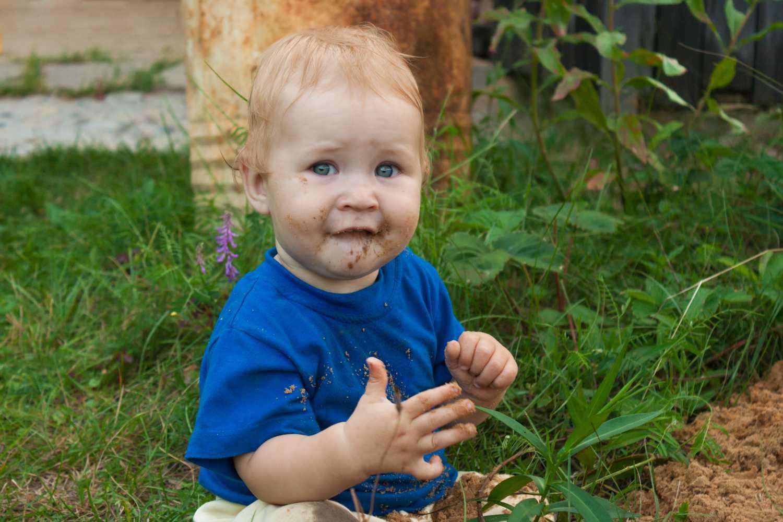 kid eating mud