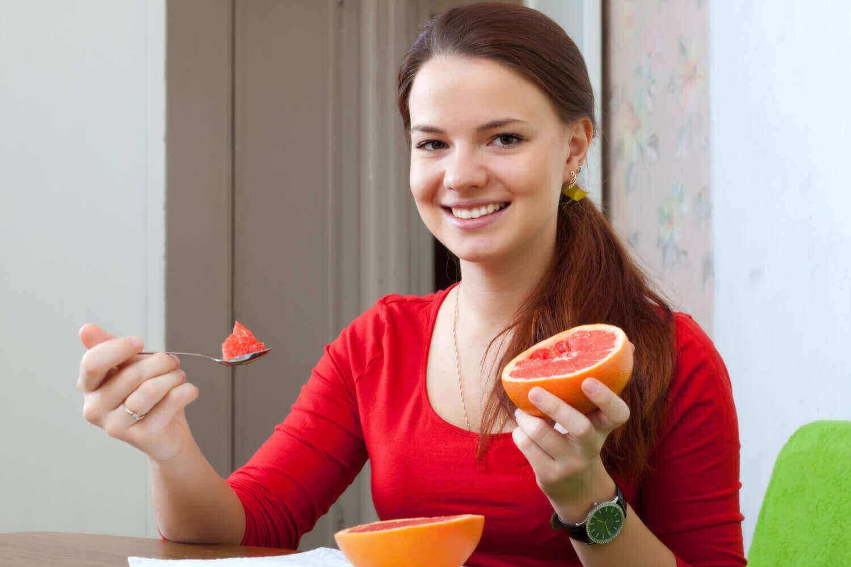 pregnant women eating grapefruit